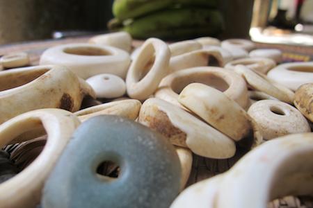 perles de coquillage fossilise