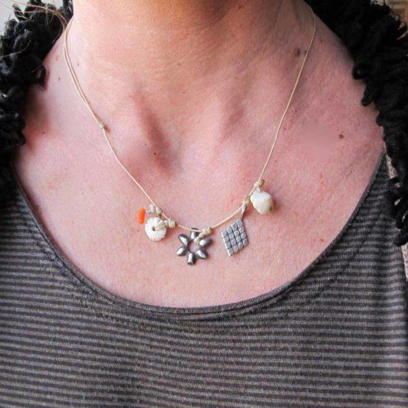 grigri-fleur-blanc argent corail